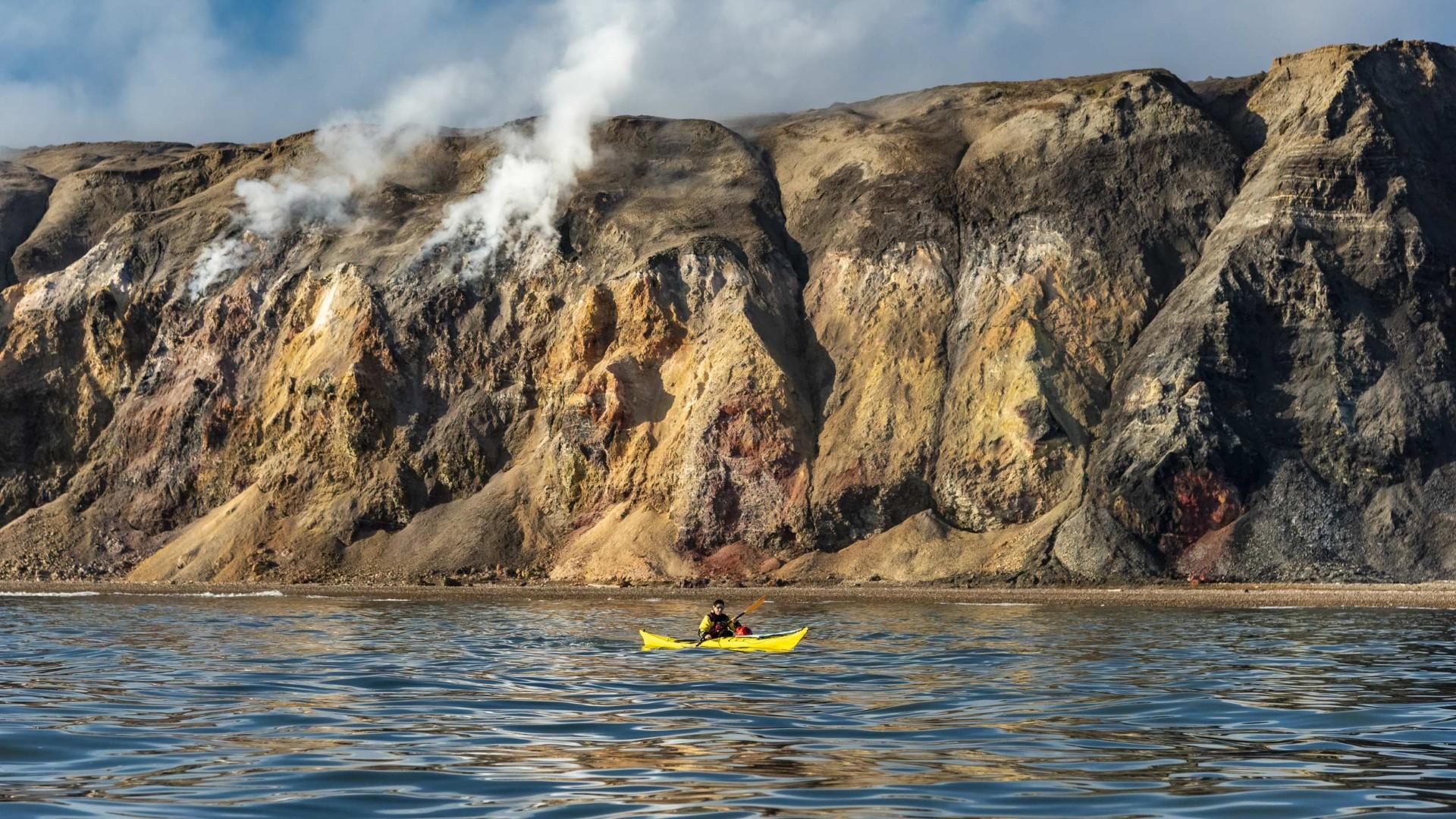day-3-7_smoking-hils_kayaking-smoking-hills-nwp-canada-hgr-139027-photo_karsten_bidstrup