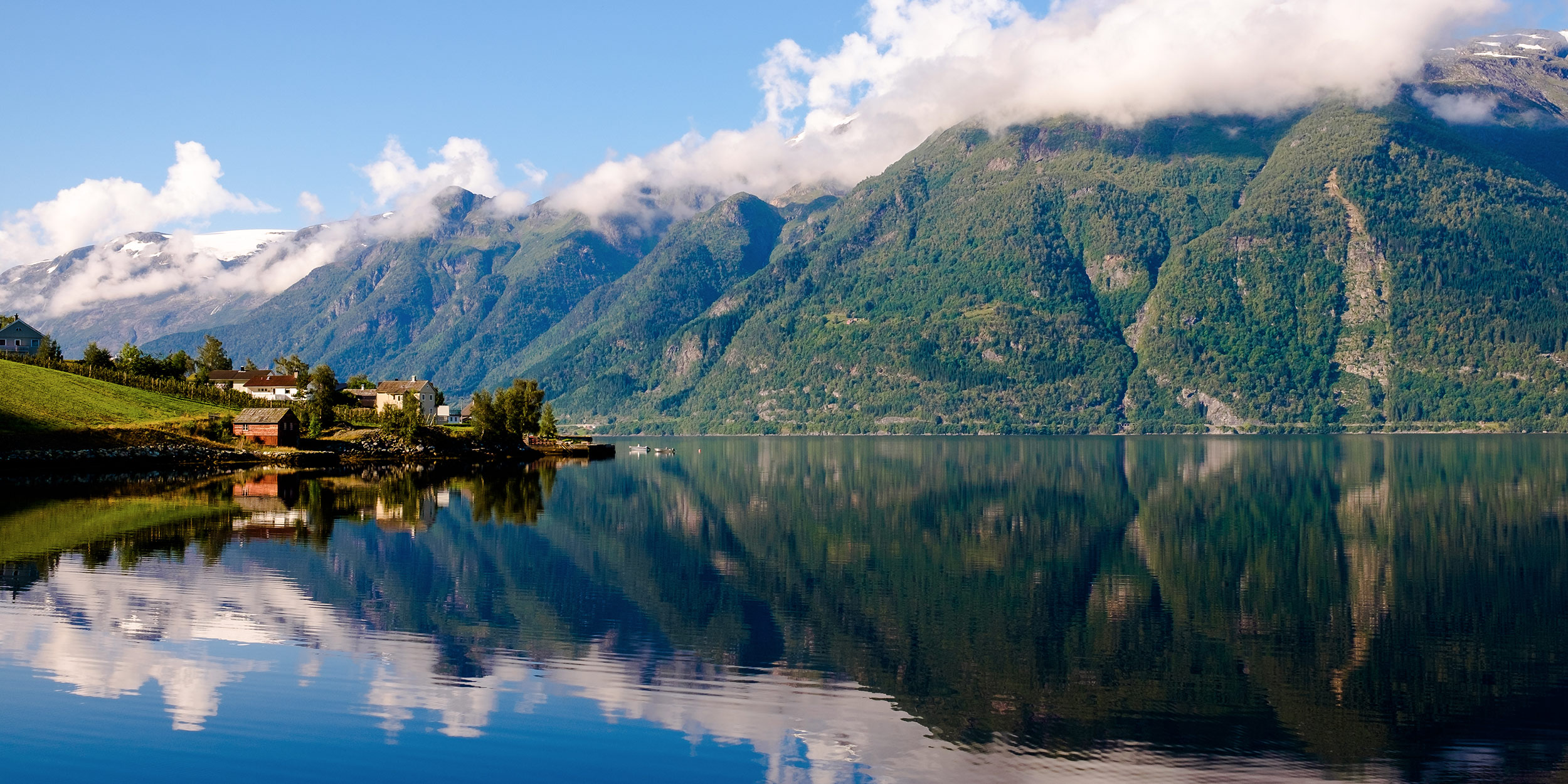 day-3_hardanger-fjord_idyllic-settlements-by-the-fjord_shutterstock